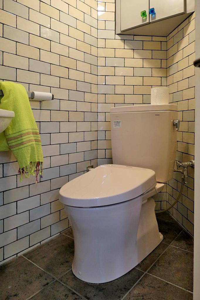 総タイル貼りのトイレ