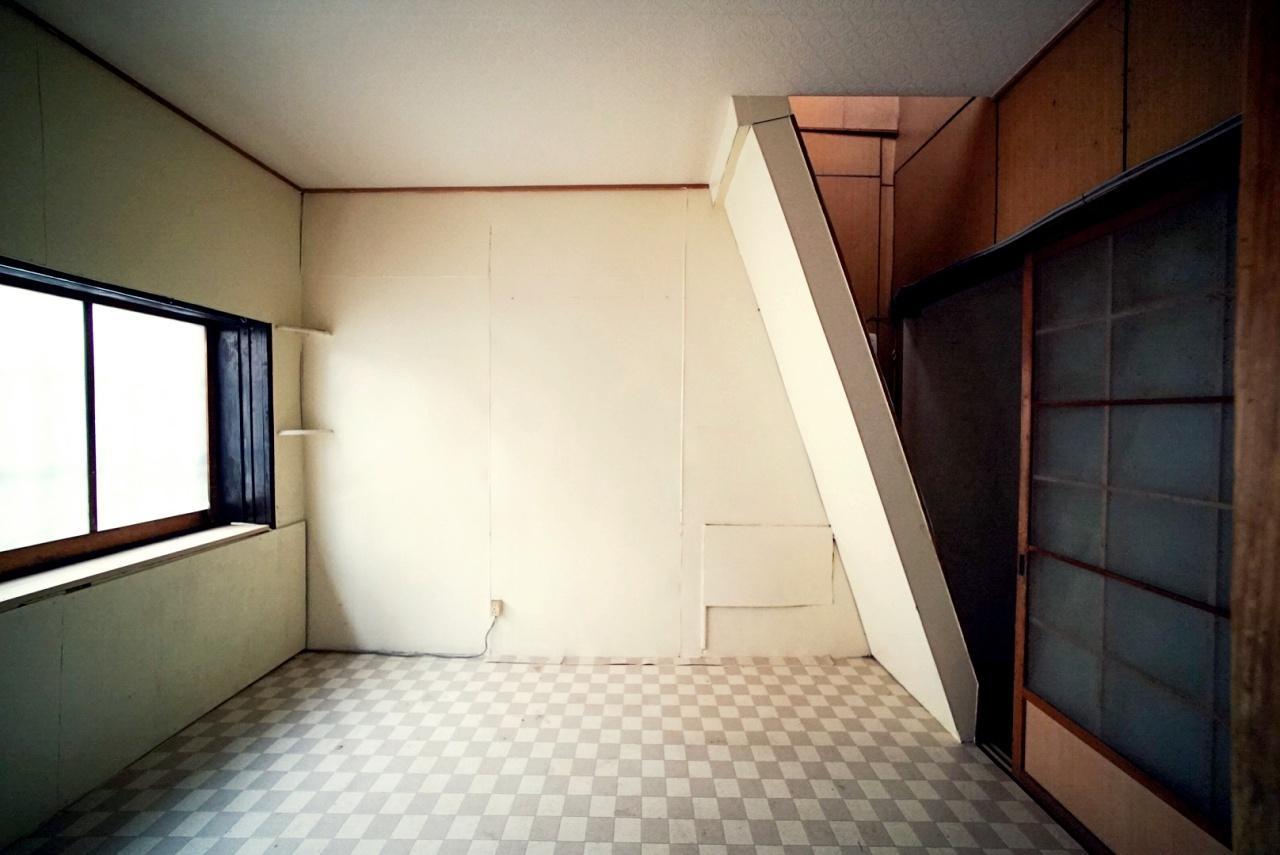 玄関横の洋室。右にある斜めの構造はなんと階段