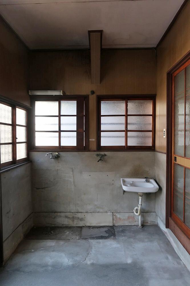 玄関は5.2帖。手洗いと水場の跡があります。