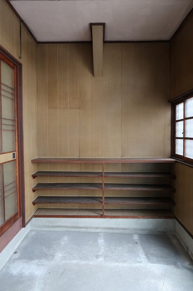 玄関の反対側には大容量の靴箱