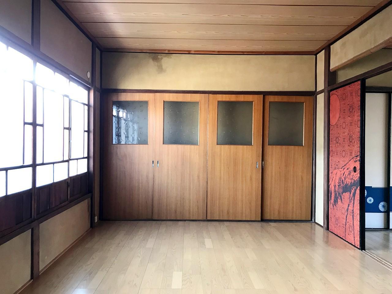 こんな位置関係です。左は玄関側の南向き窓