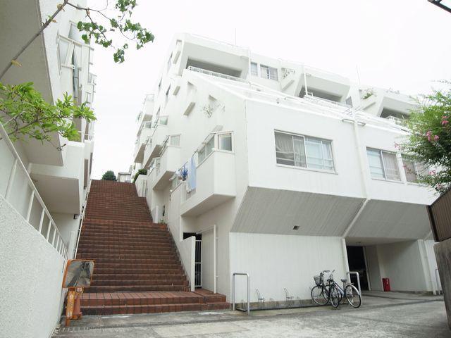 傾斜地なので各住戸へは階段でのアクセス。もちろんエレベータはありません。