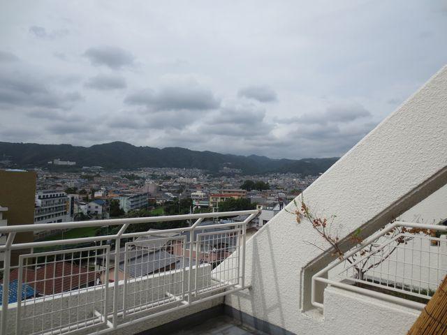 別住戸からの北向き眺望。そう、向こうに見えるのは箕面山。四季折々の景色が迎えてくれます。