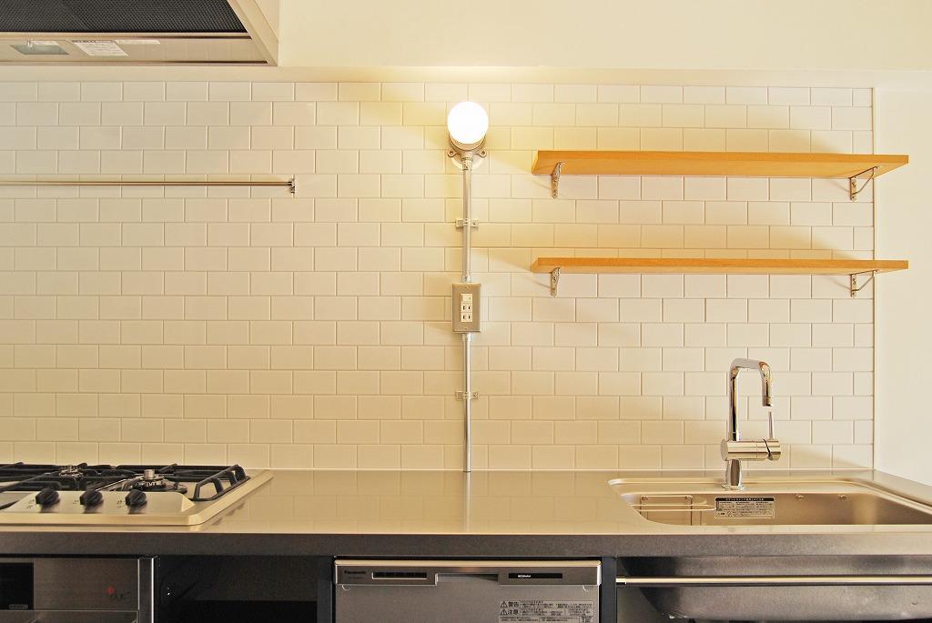 天板やコンロ、鋼管の露出配管。各素材の無骨さが際立つかっこいいキッチン