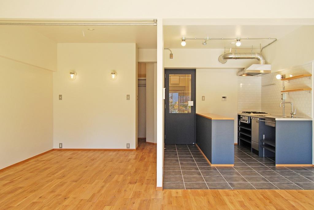 無垢の床と白の壁に差し色の青、爽やかなLDK