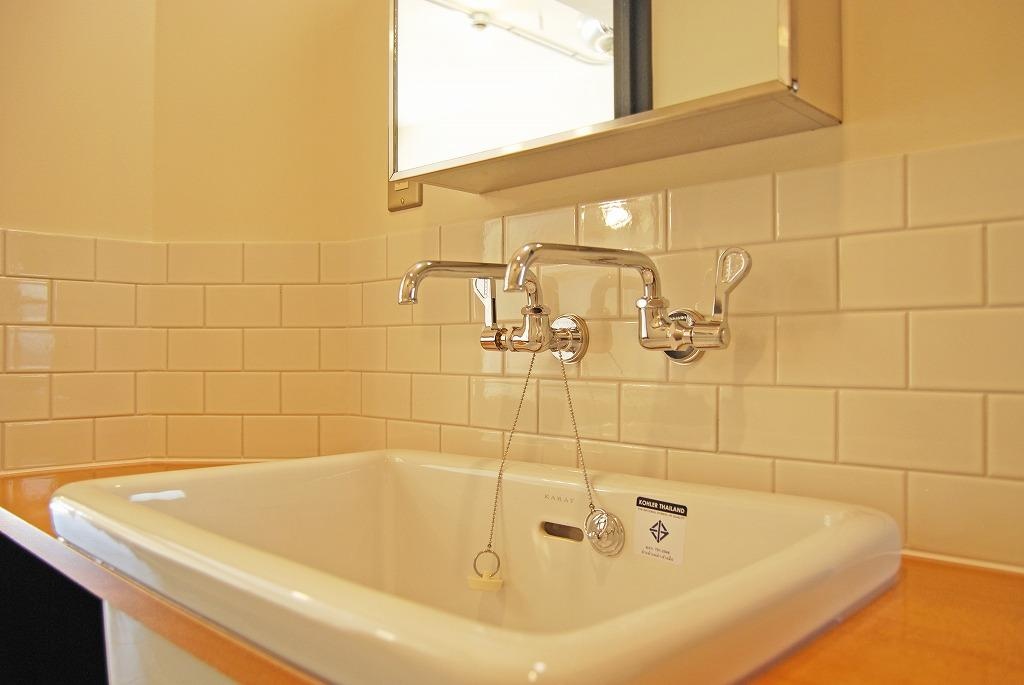 白のタイルや水栓、ミラーキャビネットなど細かいところにもこだわりが。