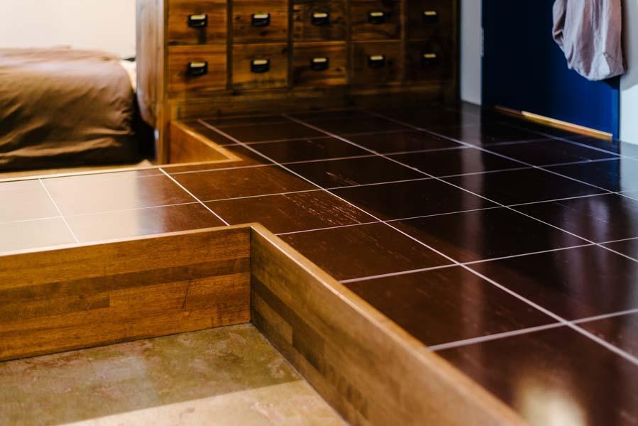 一段床上げしたキッチンスペースが空間にメリハリを