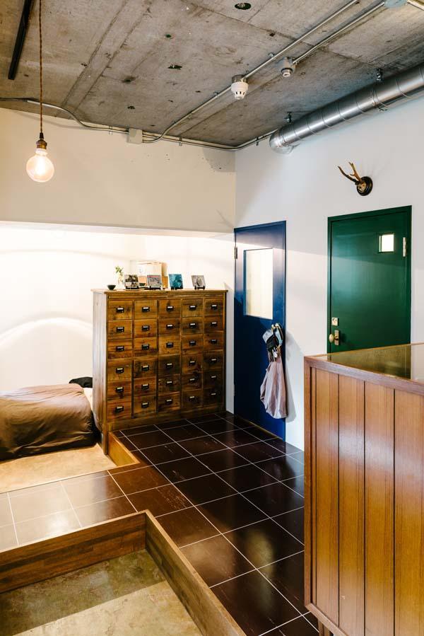 グリーンの扉がトイレ、ブルーの扉が浴室への入り口