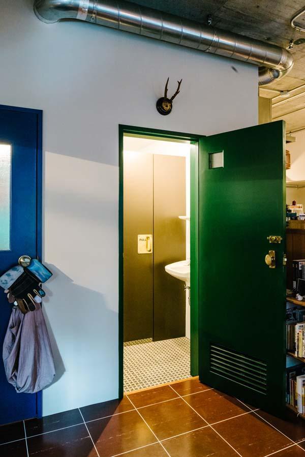 内扉をつけて、あえてオフィスっぽいトイレに仕上がってます