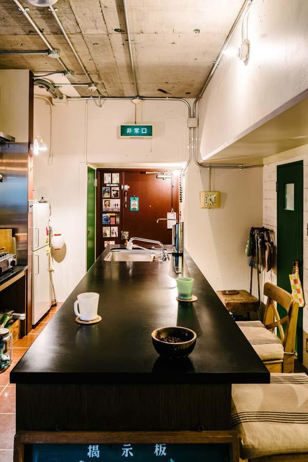 カウンターキッチンでコーヒーを。誘導灯もアクセント
