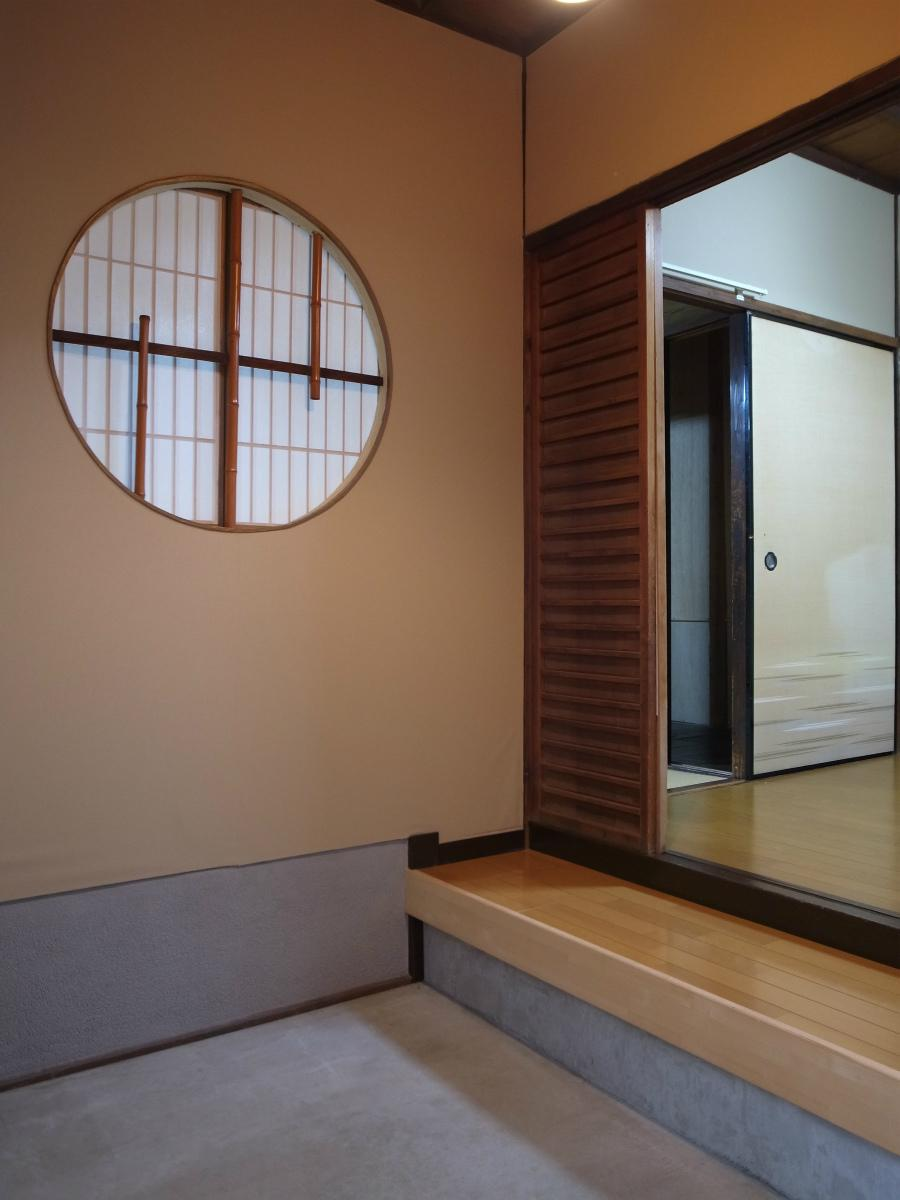 丸窓が迎えてくれる玄関