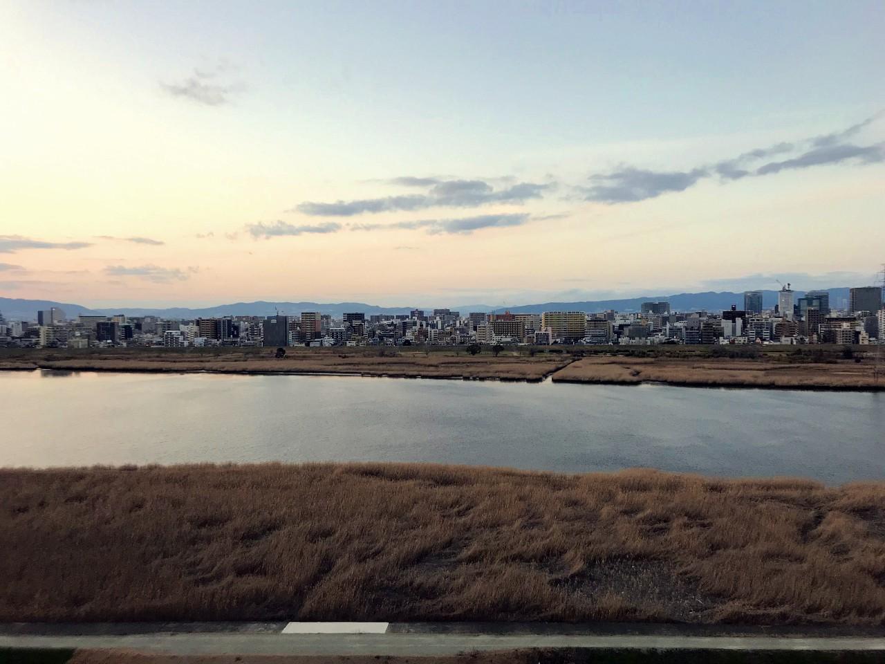 広い川幅と、更に広い川岸の土手