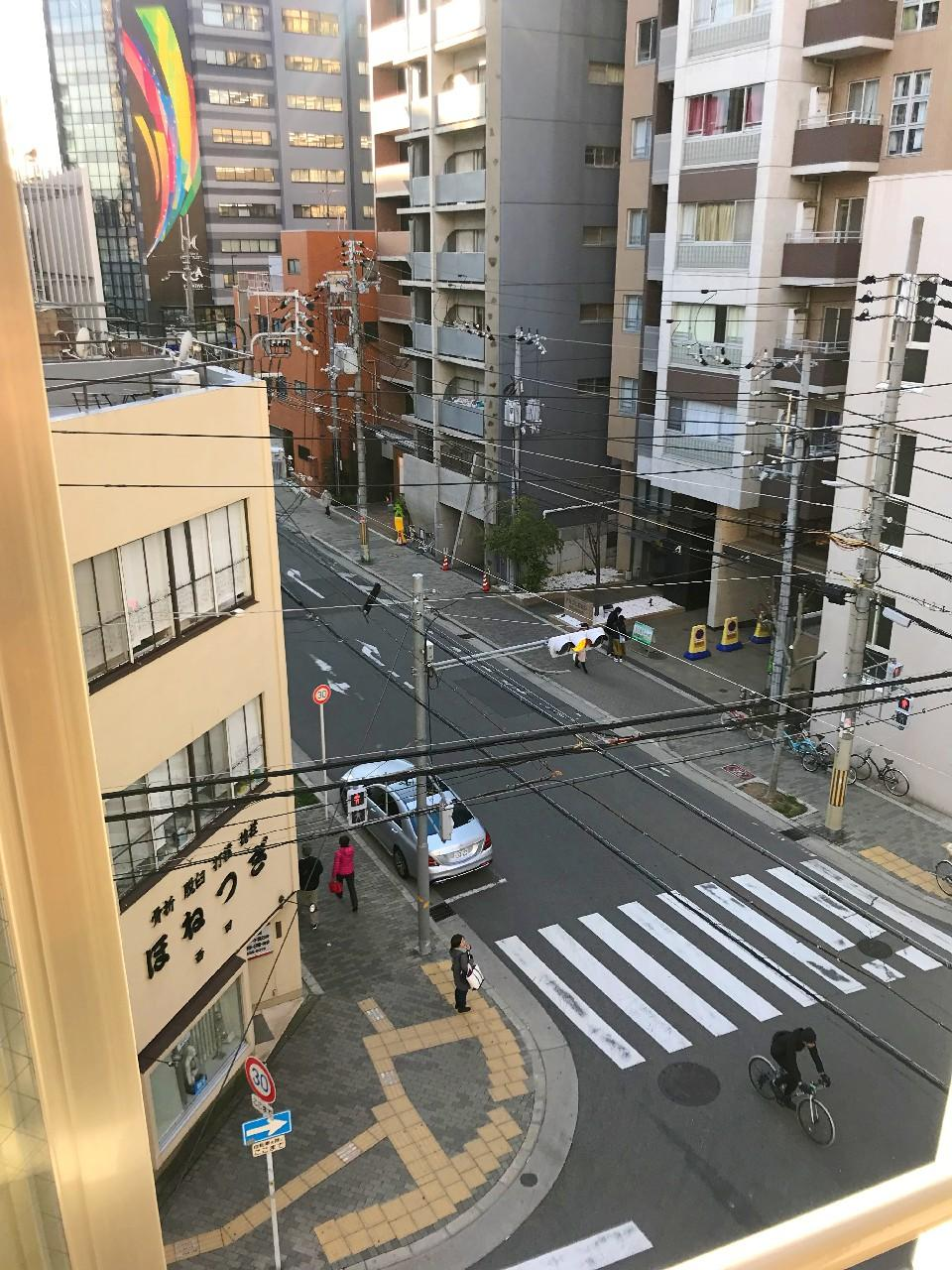 窓からは堀江の街並み