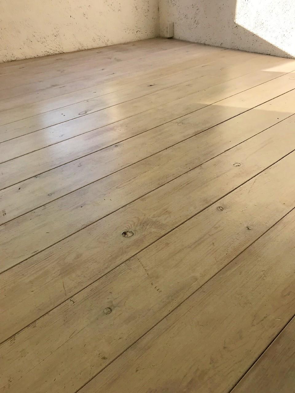 窓側は無垢床