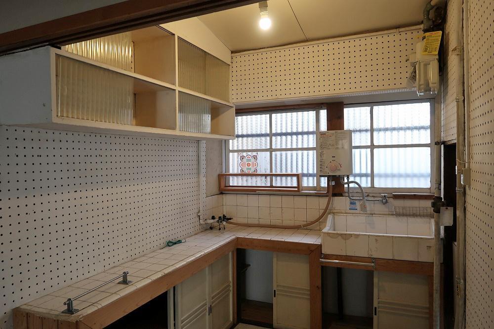 タイルと吊り戸棚が可愛い、レトロ感満載の台所
