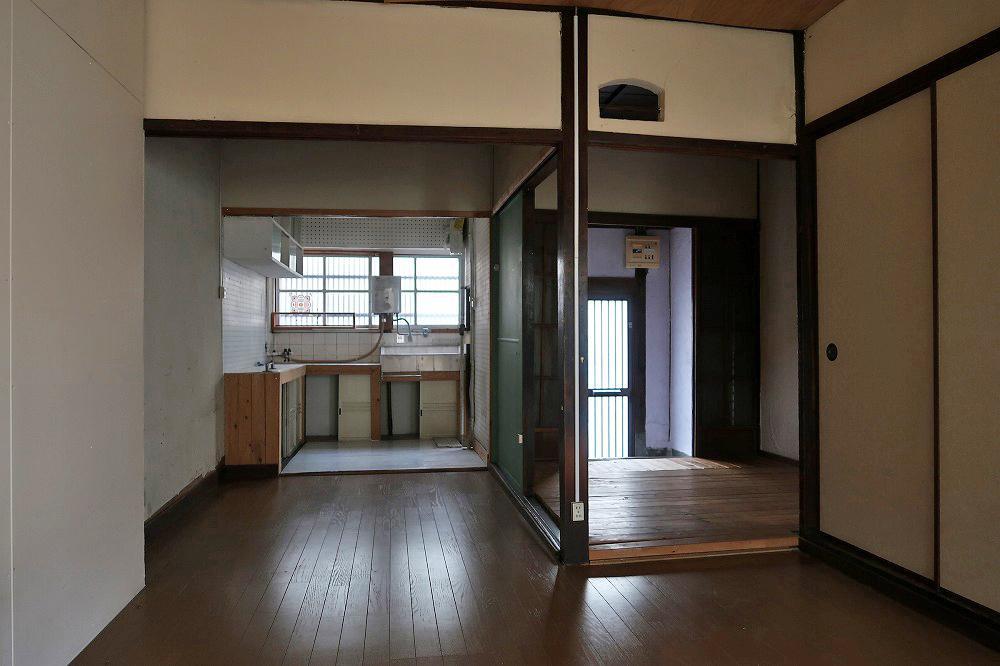 1階。右奥が玄関です。