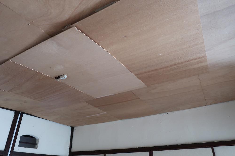 ベニヤ板で覆われたユニークな仕上げの天井