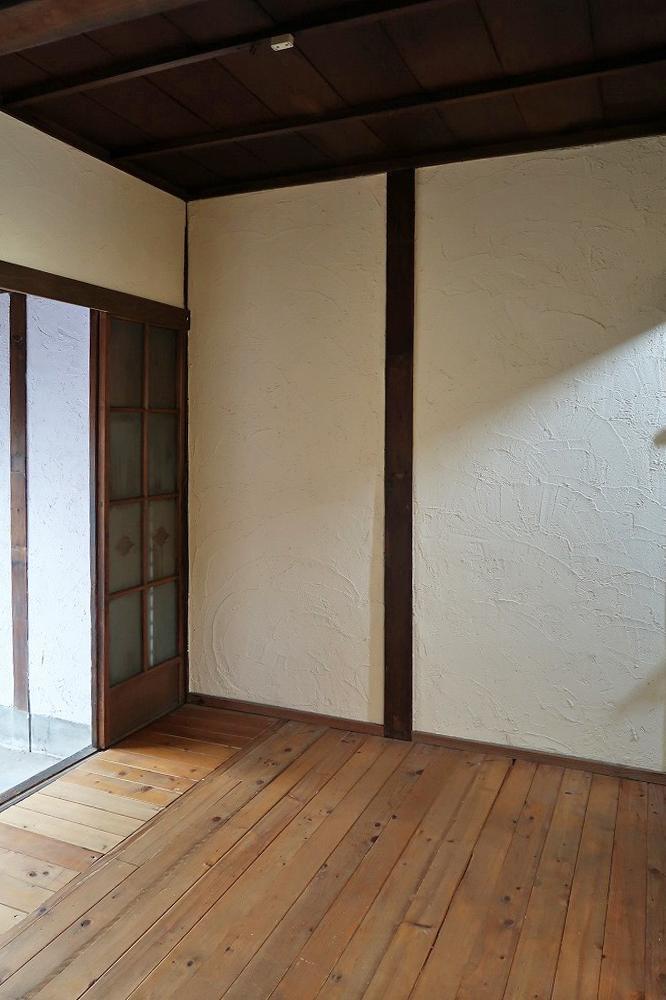 玄関の次の間は無垢×漆喰仕上げ