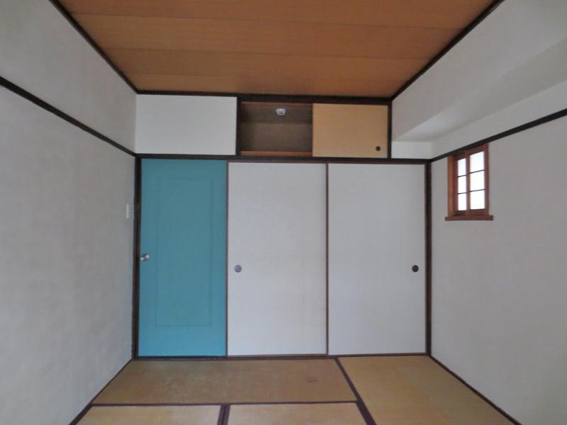 和室だけどカラフルな色使い。