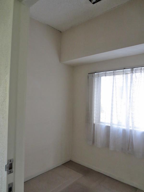 リビング隣接の納戸は広くないです。むしろ狭い。パントリーや収納にオススメ