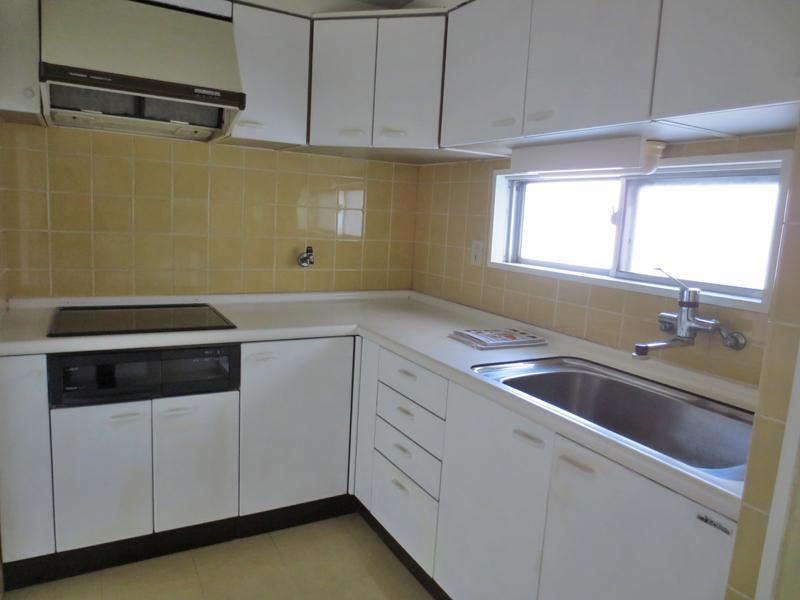 L型システムキッチンは独立型。ビルトインIHコンロが設置されています。