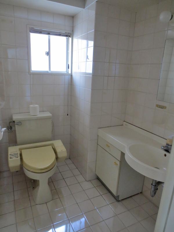ホテルライクな洗面室一体型のトイレ。向かって左手にお風呂があるので脱衣室も兼ねています。この辺がコーポラティブハウスというか都住創らしいです。