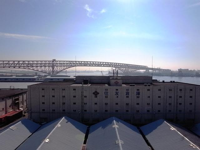 バルコニーからの景色は海・橋・船・倉庫