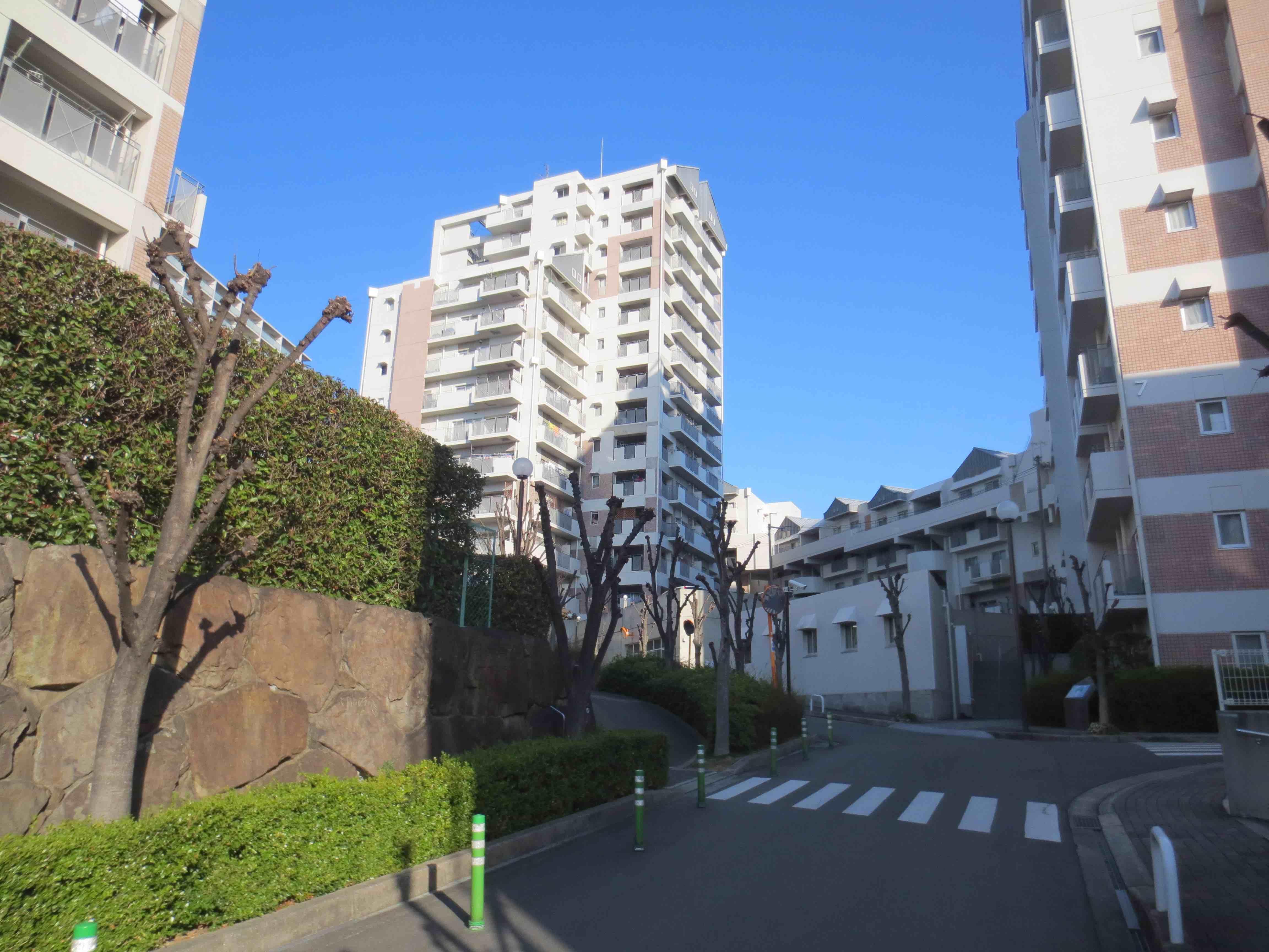 敷地内には8住棟。今回は写真中央の第4号棟。