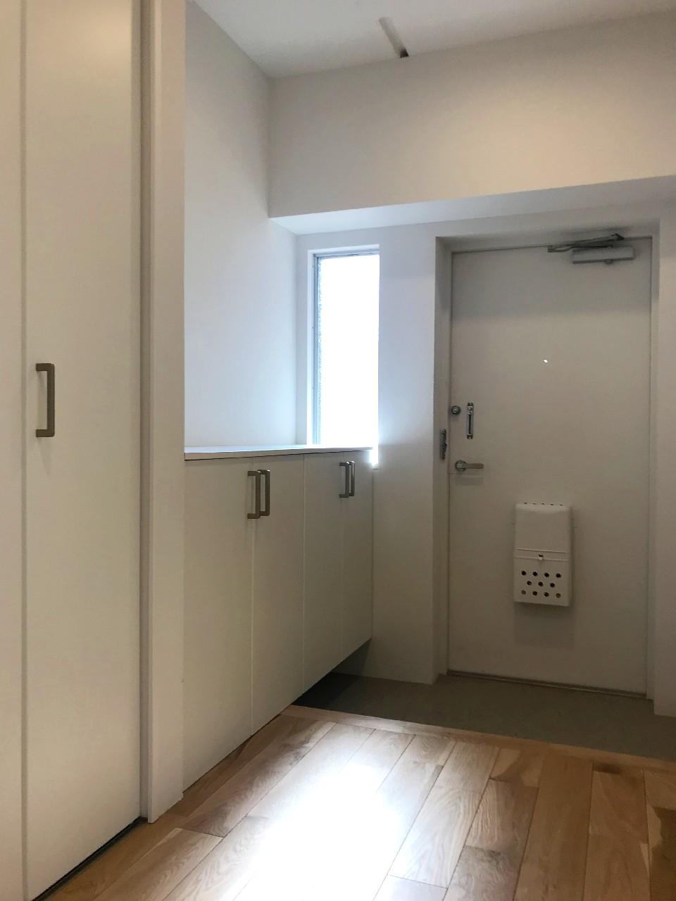 間口広めの玄関は、光も入って気持ちいい