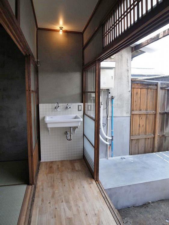 明るい縁側に設置した洗面台。洗濯機置場は庭です。
