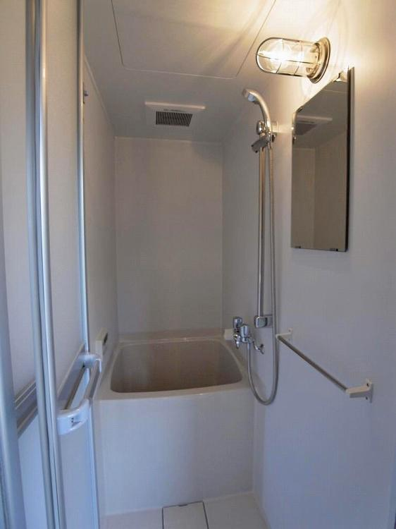 浴室は小さめのユニットバス