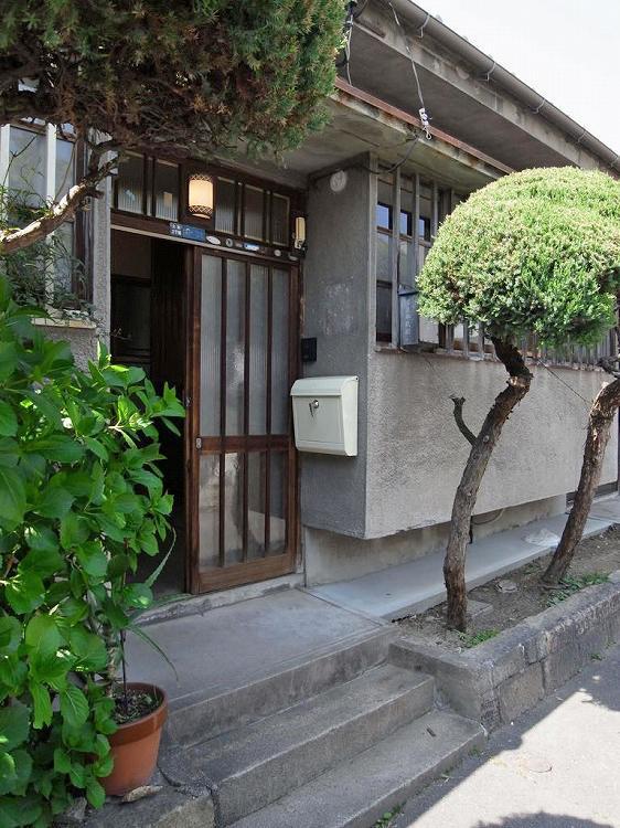玄関側に植栽スペースも有り