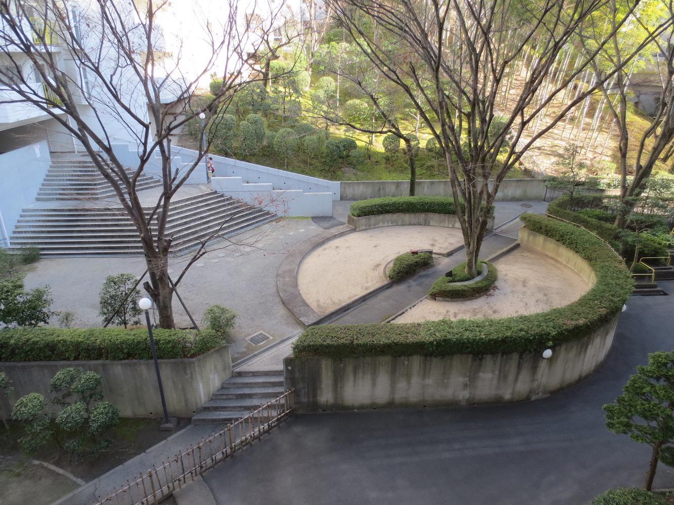 リビングに面する中庭。造園計画も個性的。
