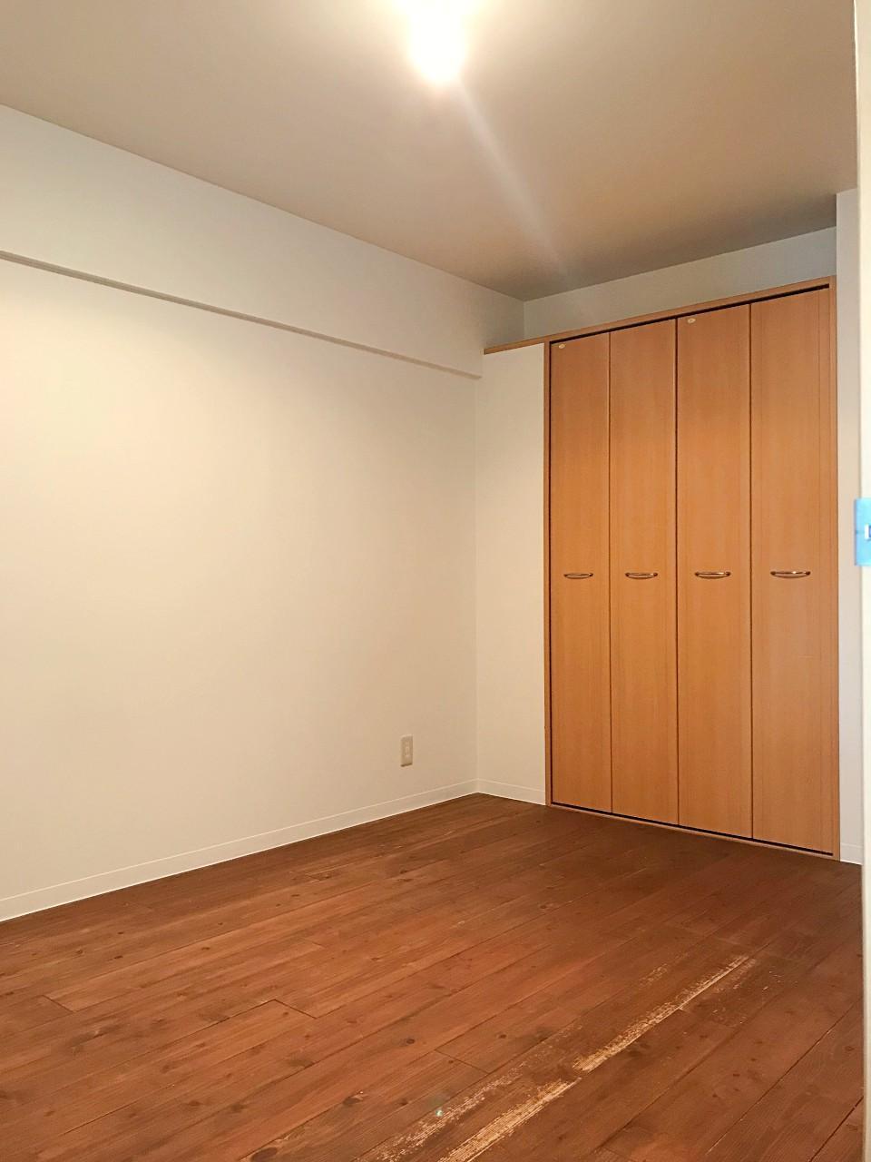 こちらも無垢床。収納もしっかり