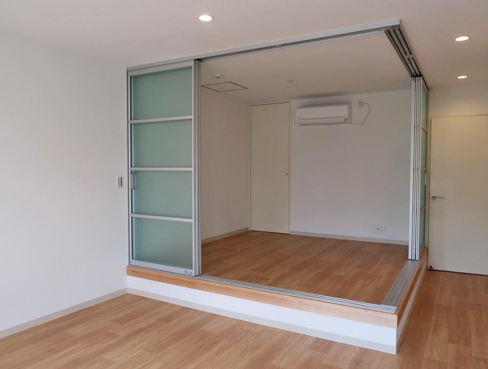 リビングの一角にある小上がりの洋室(4.5帖)は寝室に。