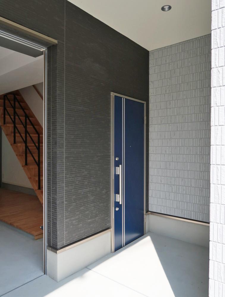 玄関前のポーチは広々設計です。