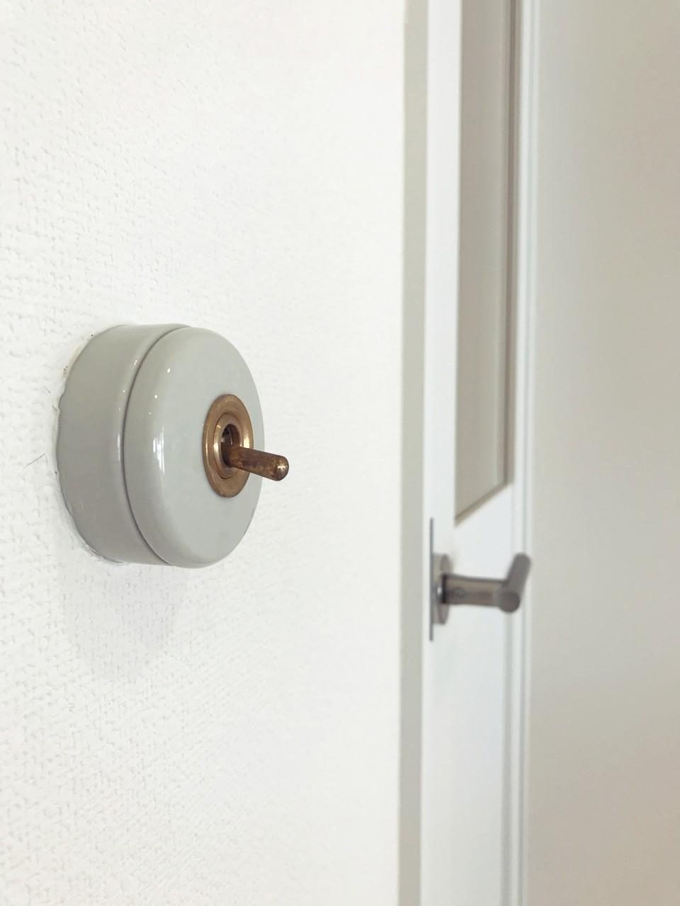 スイッチは磁器製のものを