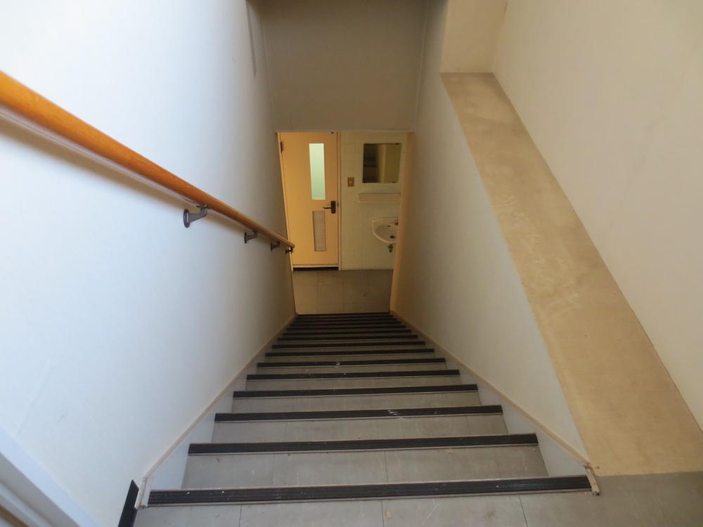 鉄骨階段。幅は広め