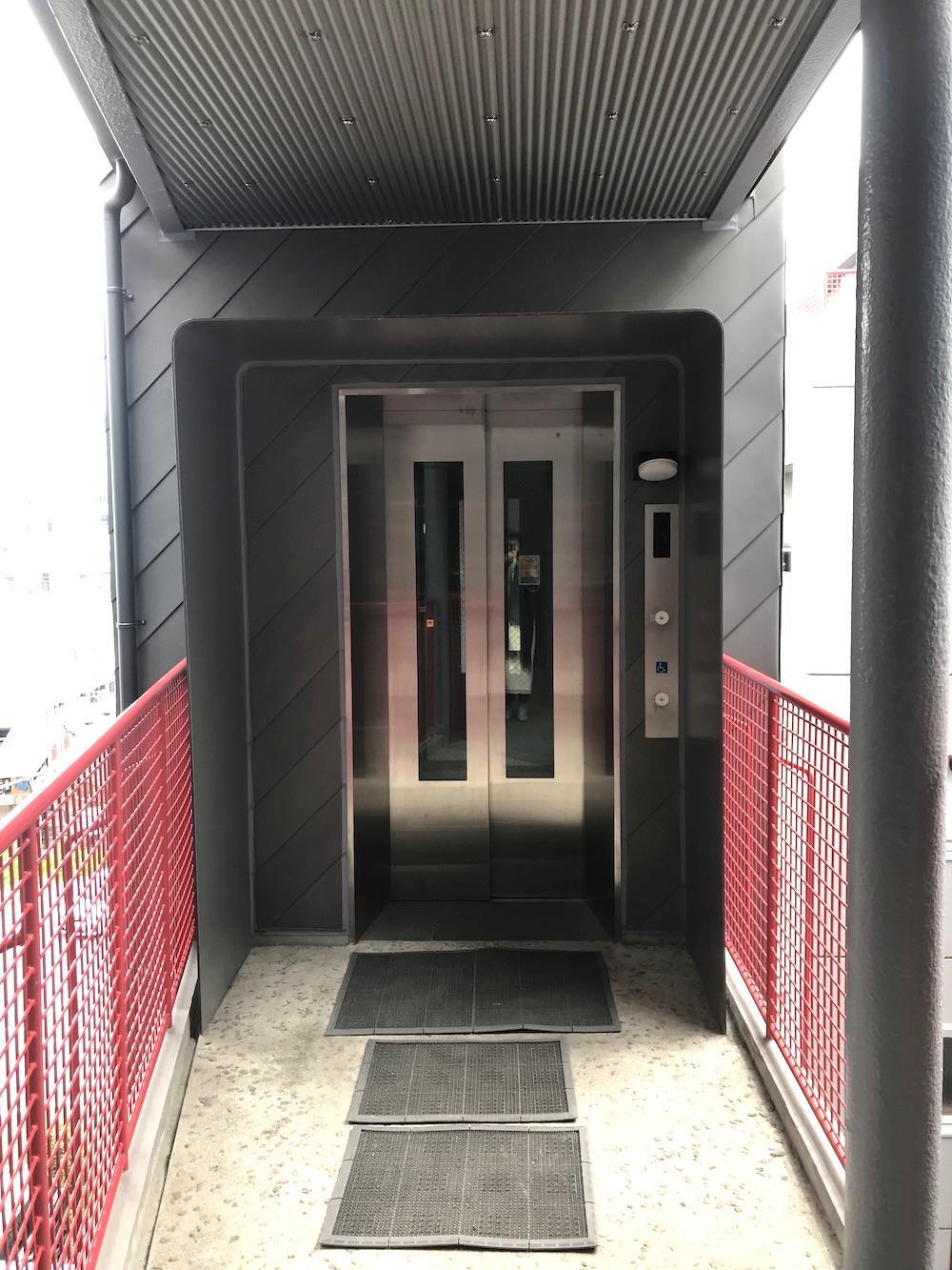 エレベーターの入り口もカッコいい。