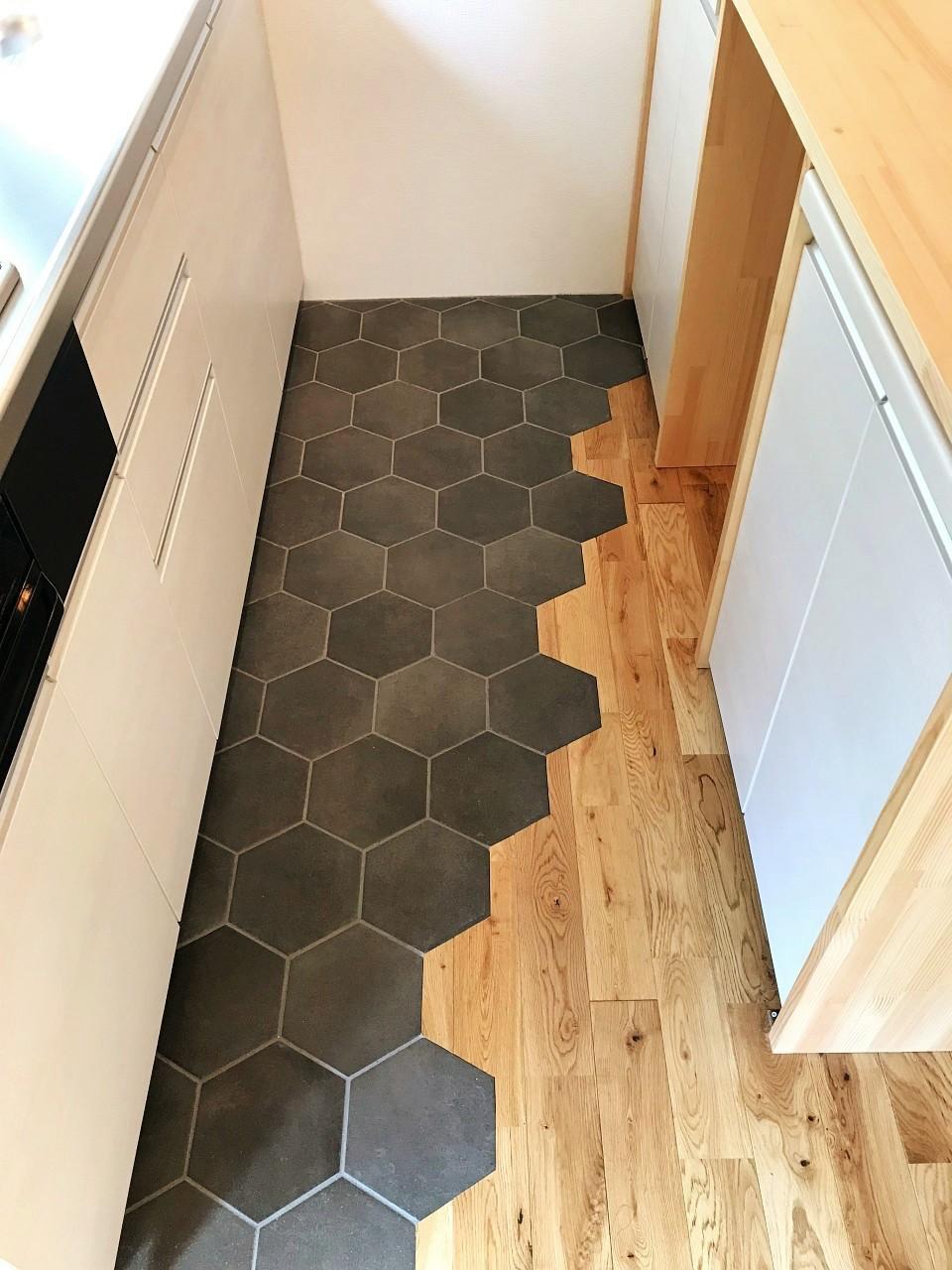 キッチン床にはハニカムタイル