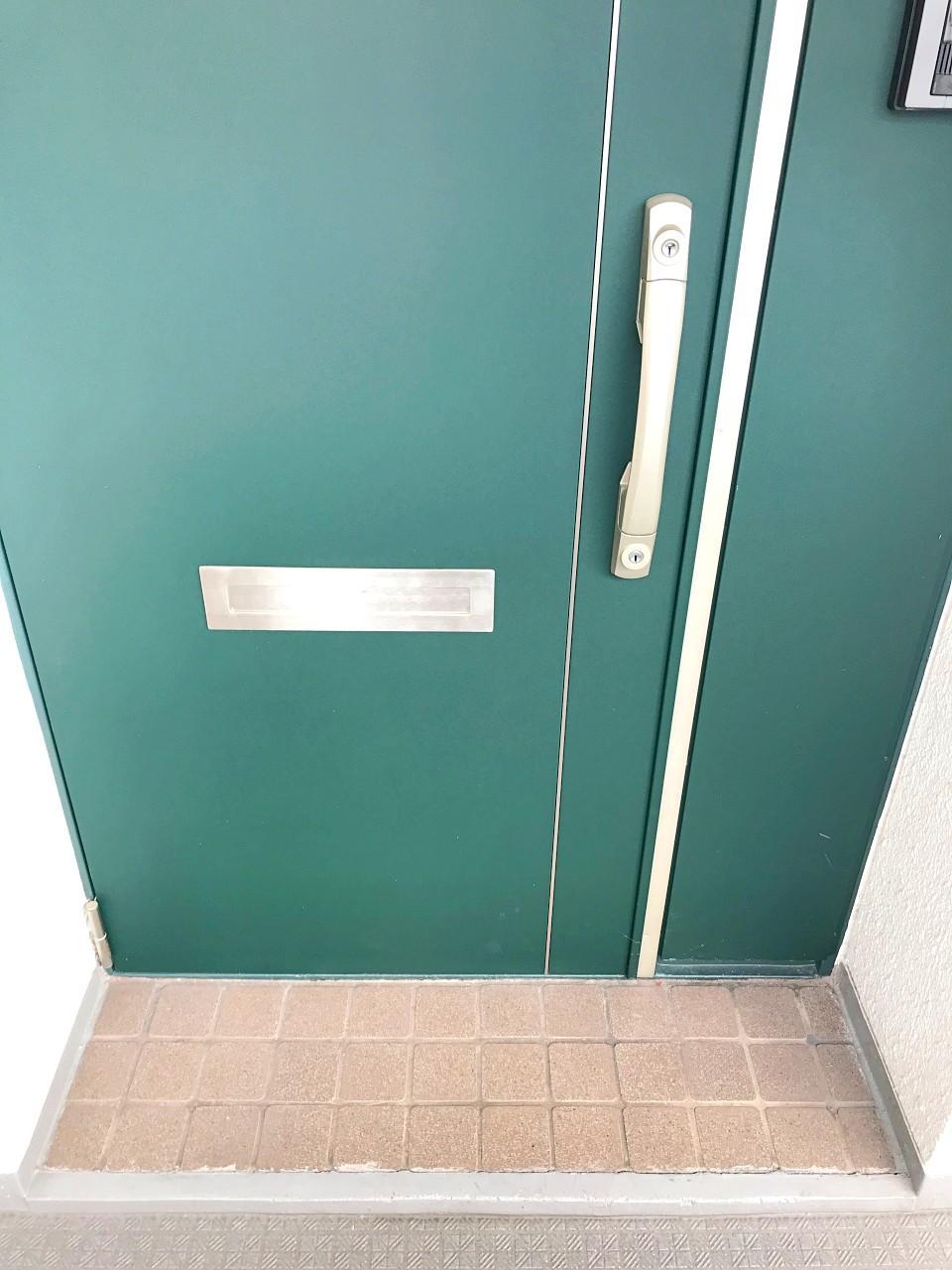玄関ドアはエメラルドグリーン!