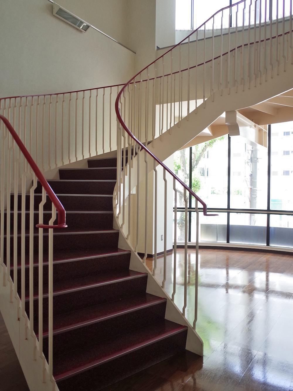 西側(公園とは逆側)エントランスには絵になる螺旋階段