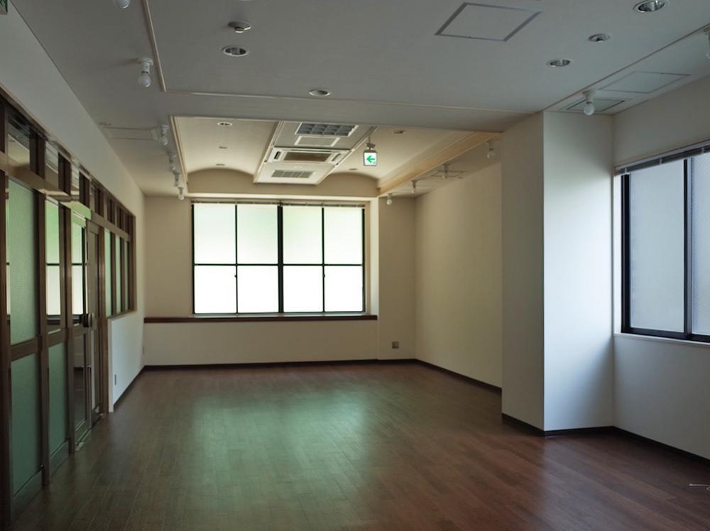 展示スペースはプレーンな内装です