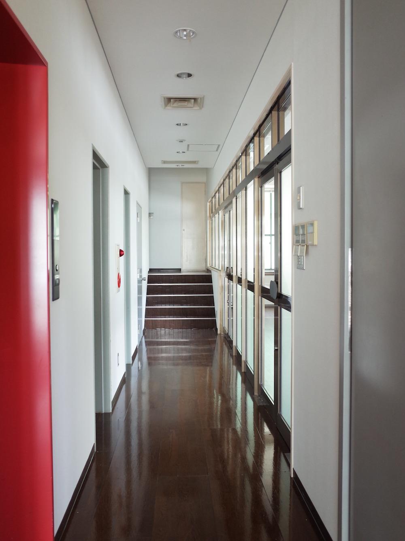 明るい共用廊下。手前にエレベーターがあります