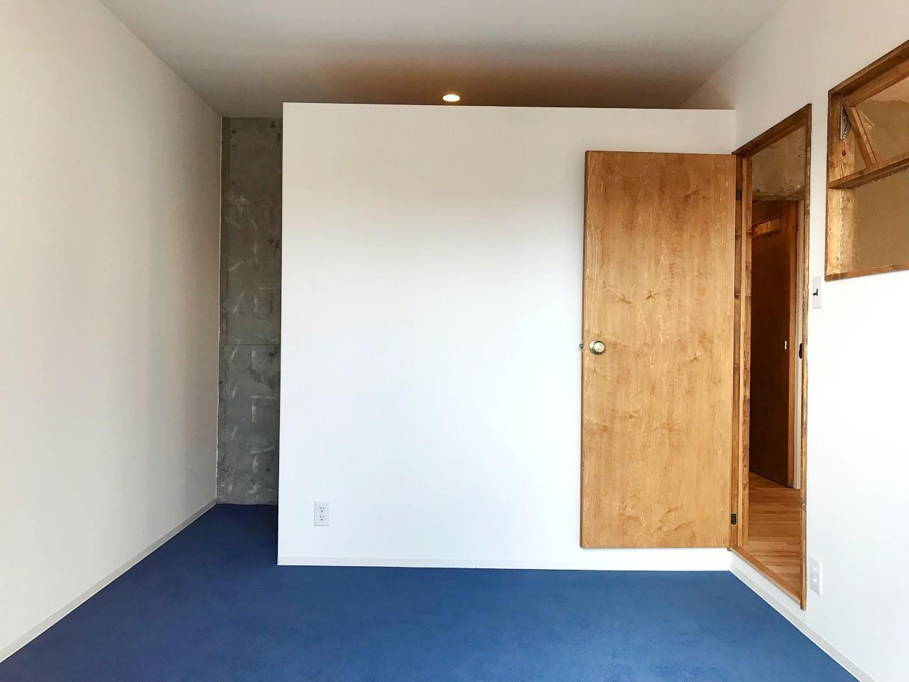 玄関側の個室はブルーのカーペット敷き