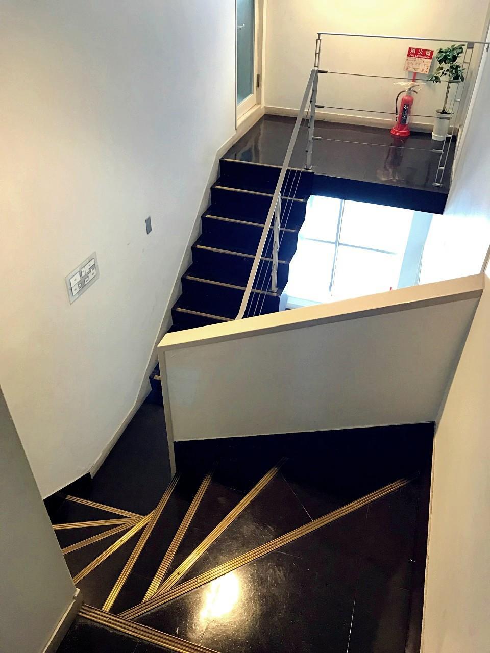 ニコイチになって不思議な共用階段が誕生