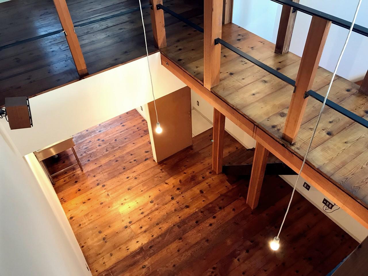 吹抜けから1階を見下ろせます