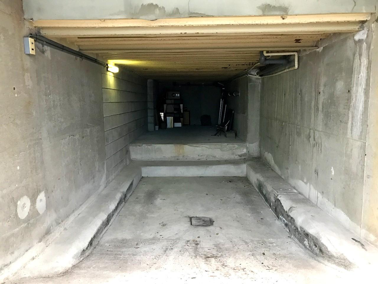 コンパクトな半地下のガレージ(高さ約1,800mm)。奥は倉庫です