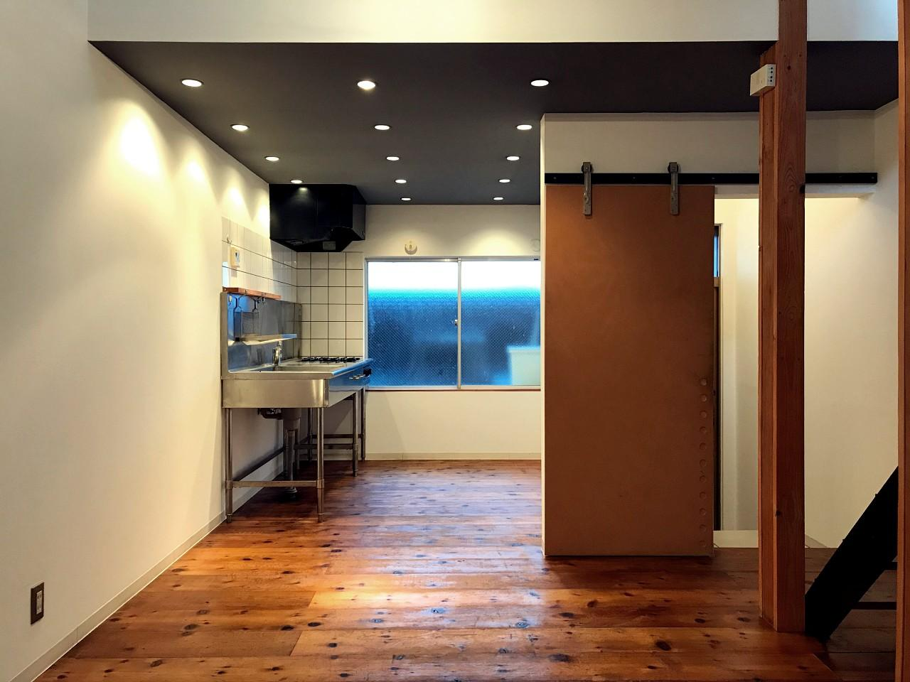 1階奥から玄関側を。キッチンは業務用のものが