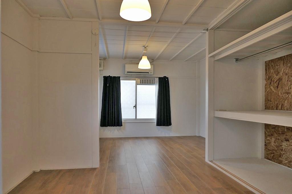 天井の木桟が印象的な室内